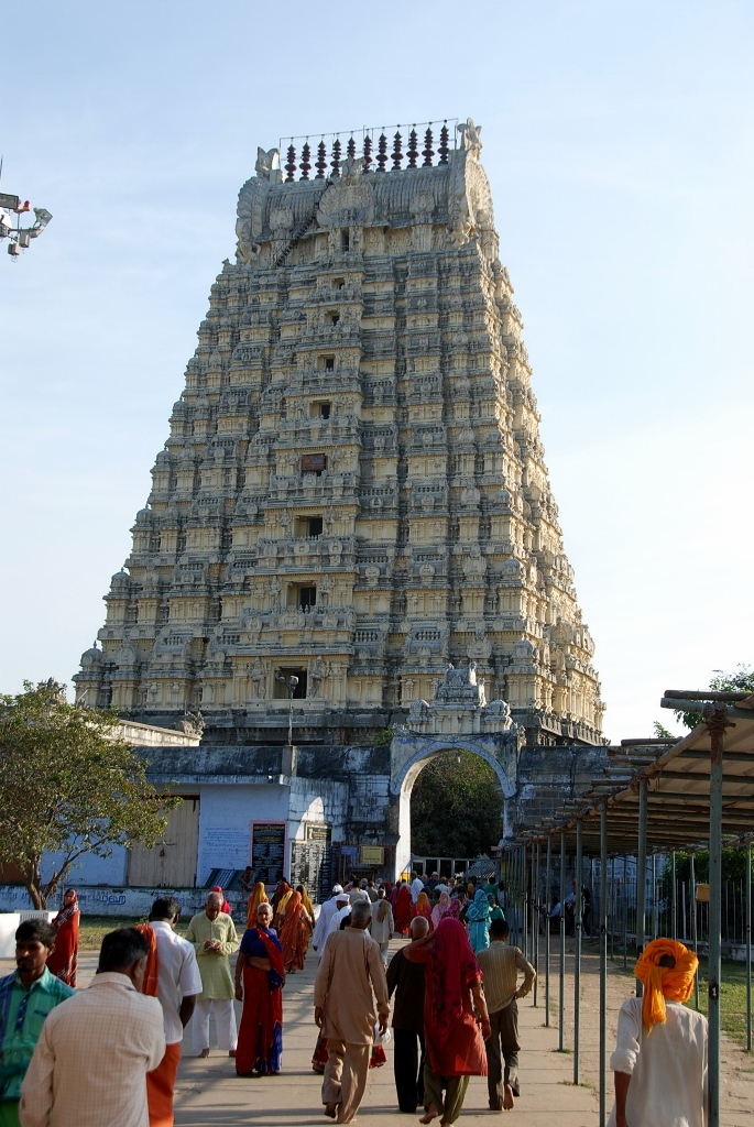 the entrance to the Kamakshi Amman Temple