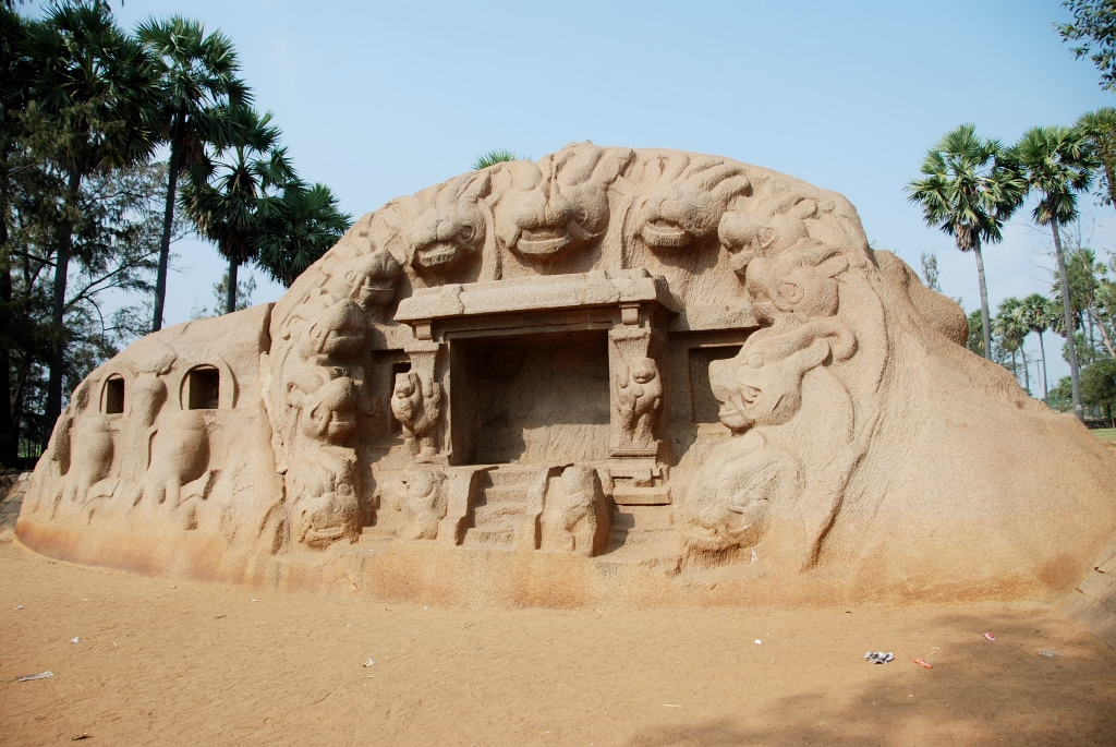 """The """"Tiger Cave"""": a granitic boulder carved out"""